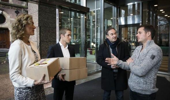 Filemon bezorgt handtekeningen in Den Haag